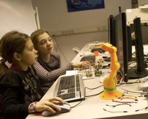 Mädchen mit Roboter-Arm