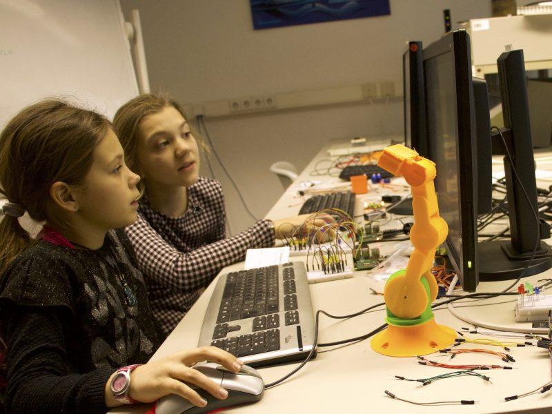 Mädchen und ein Roboter-Arm